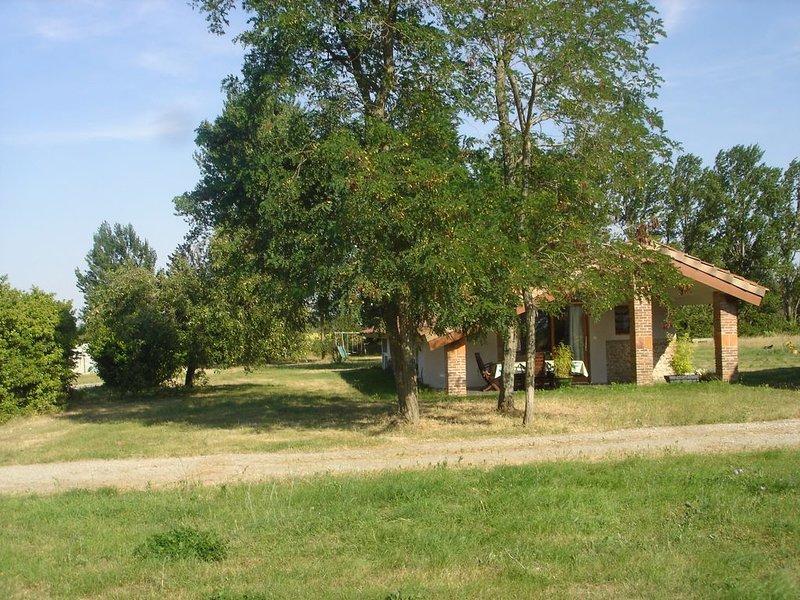 gîte meublé, entouré de 10 ha de champs et de culture BIO, location de vacances à Calmont