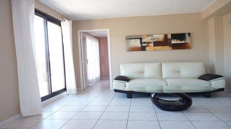 Appartement dans villa avec piscine et grande terrasse  à 15 kms de NICE, aluguéis de temporada em Utelle