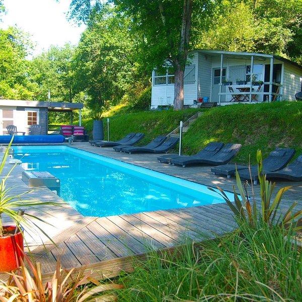 Chalet (1 de 6) au bord de la rivière qvec piscine chauffée près de Biarritz, vacation rental in La Bastide Clairence