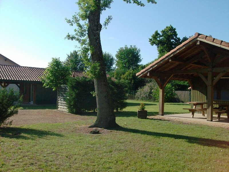 CHALET TOUT CONFORT, terrasse couverte, barbecue, chenil., holiday rental in Arjuzanx