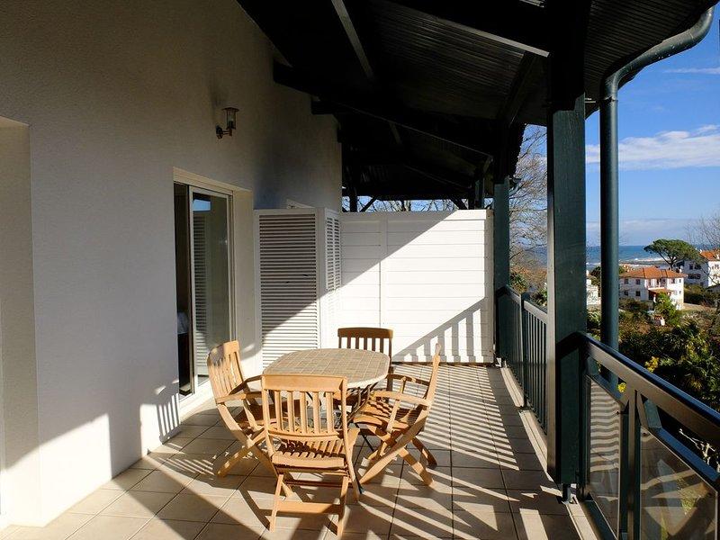 Appartement vue mer, climatisé avec grande terrasse, au calme.Piscine, parking, location de vacances à Ciboure