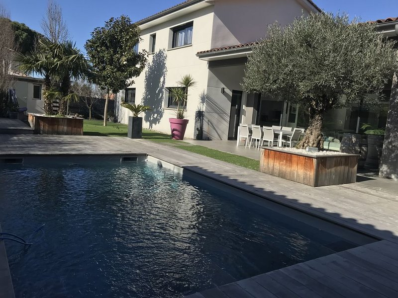Jolie villa contemporaine , spacieuse et lumineuse proche de Toulouse, aluguéis de temporada em Montgiscard