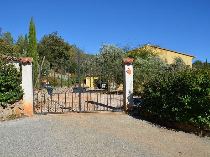 Villa spacieuse avec piscine au coeur de la Provence, holiday rental in Cabasse