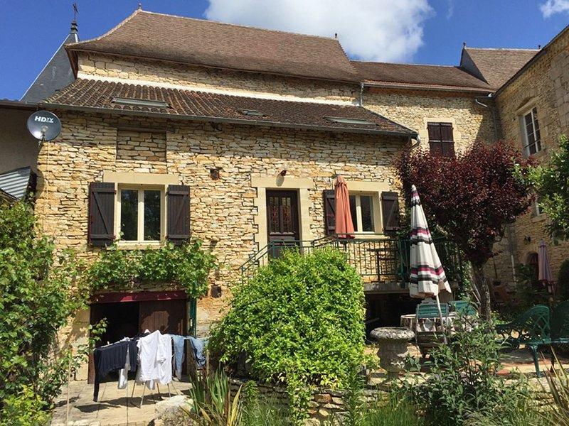 Dordogne: Gite 75 m2 dans Ancien Chateau, Maison du Templiers, holiday rental in Saint-Medard-d'Excideuil