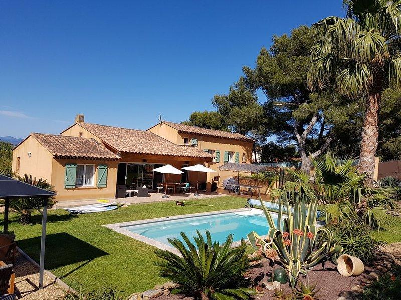 La Madrague: Calme, Confort, Espace. Criques, plages, Port,  Activités, holiday rental in Giens