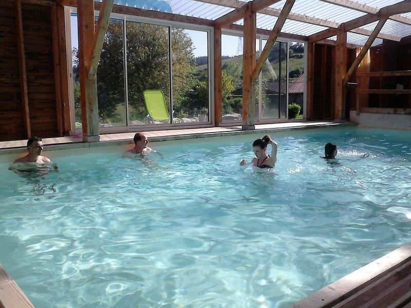 Gite de groupe de 27 personnes avec piscine couverte bassin chauffé à l'année, holiday rental in Landos