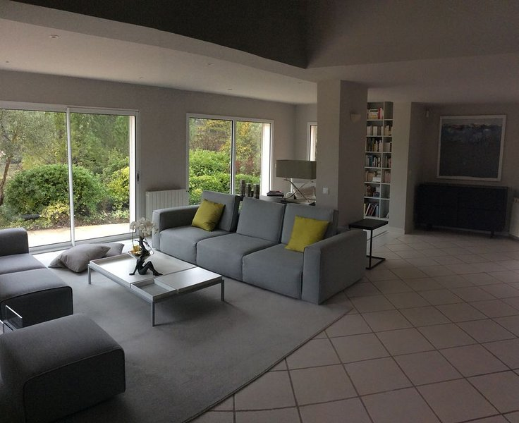 Villa lumineuse avec piscine /Sunny open plan house with swimming pool, aluguéis de temporada em Les Matelles