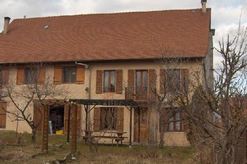 Gîte Laforest : maison mitoyenne dans corps de ferme rénové, vacation rental in Saint-Bonnet en Champsaur
