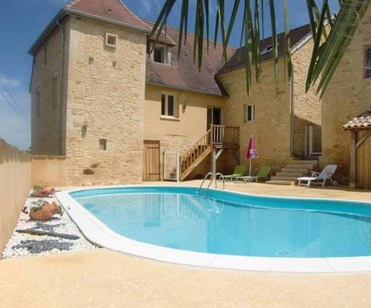 Gite de charme avec piscine privée et chauffée en Périgord Noir, holiday rental in La Chapelle-Aubareil