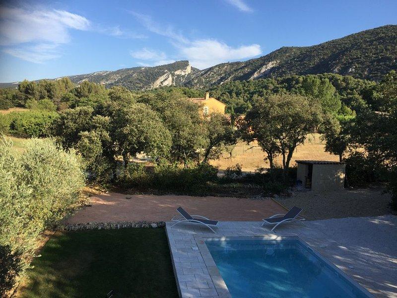 Villa climatisée, piscine privée non partagée et chauffée face au Luberon.., vacation rental in Maubec