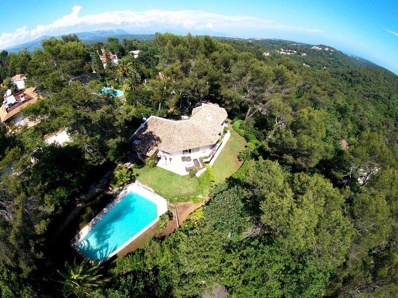 Villa architecte, village de Valbonne à pied, grande piscine, idéale famille, aluguéis de temporada em Valbonne