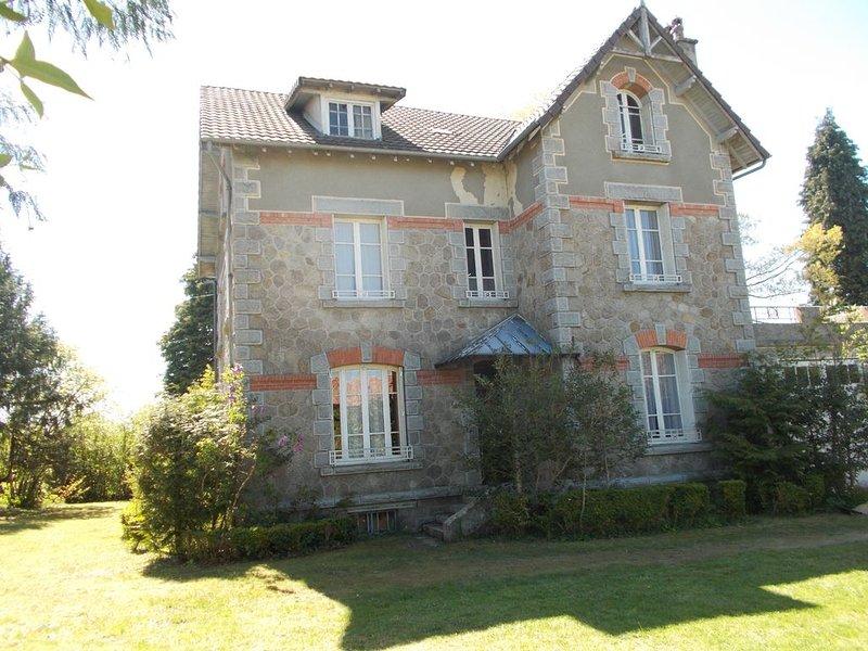Maison indépendante dans village de siran (cantal) Villa de 140 m², holiday rental in Rilhac-Xaintrie