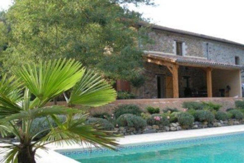 Beau mas ardéchois avec piscine 8 personnes, holiday rental in Burzet