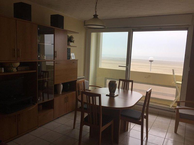 Appartement  2ème étage  très ensoleillé exposé face à la mer. Wifi gratuit, vacation rental in Berck