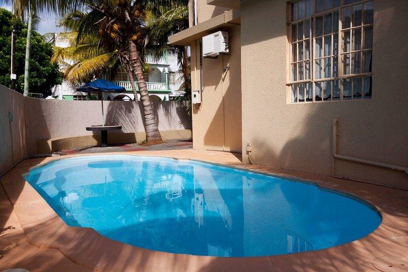 Nice apt with shared pool & balcony, location de vacances à Trou aux Biches