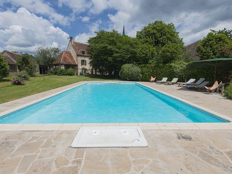 Manoir 450 m2, 6 chambres, 14 personnes, grand jardin avec piscine, proche golf, vacation rental in Berry