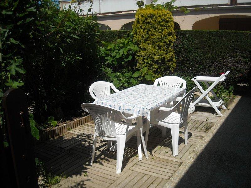 CONFORTABLE 2 P RDC JARDINET CLOS ET ARBORE, PARK PRIV, DS RESIDENCE TRES CALME, casa vacanza a Charente-Maritime