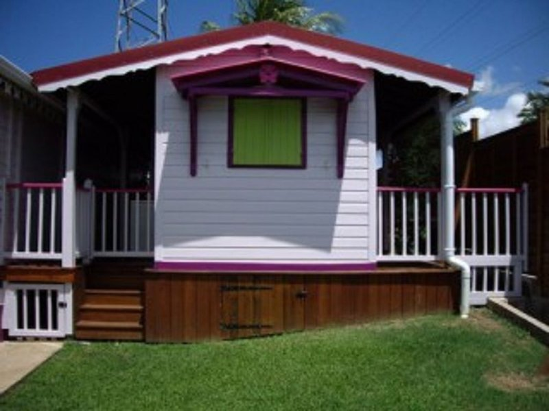 CONFORTABLE BUNGALOW EMPLACEMENT CENTRAL, holiday rental in Baie-Mahault