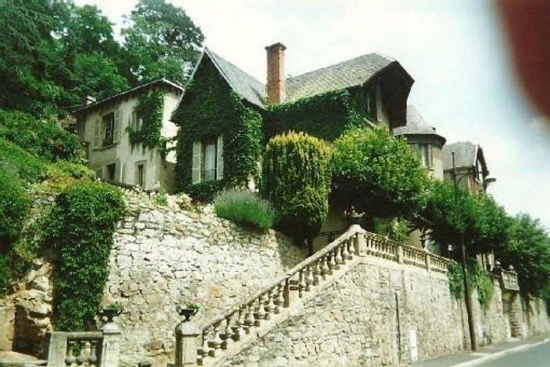 Maison ancienne, de caractère. Jardin clos . Piscine et commerces à 300 m, holiday rental in Saint-Diery