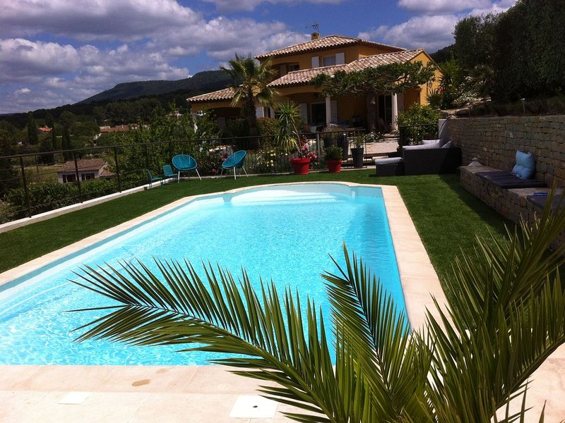 Charmant rez de villa 3*** piscine independante, securisée, grand jardin, holiday rental in Evenos