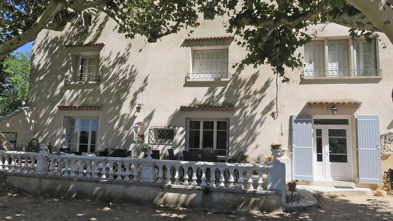 Maison familiale en vallée de Cèze. En bordure des vignes. Baignade 10' à pied, holiday rental in Venejan