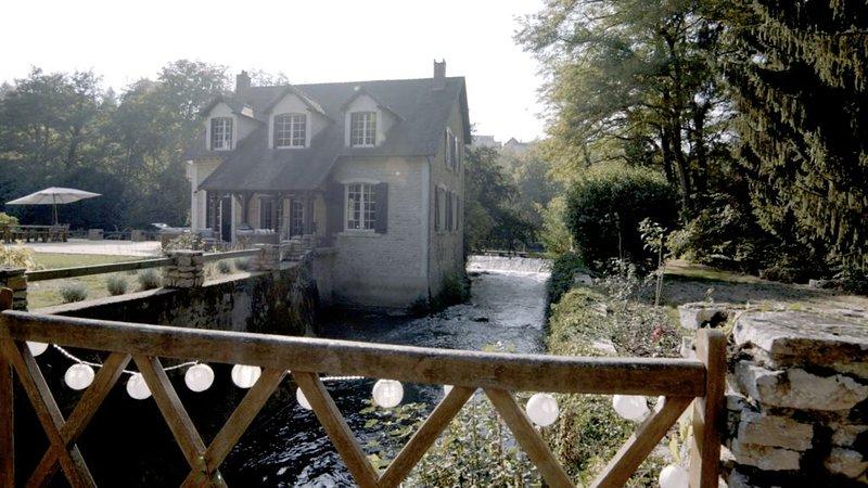 Propriété d'exception avec piscine, en bord de rivière, location de vacances à Varzy