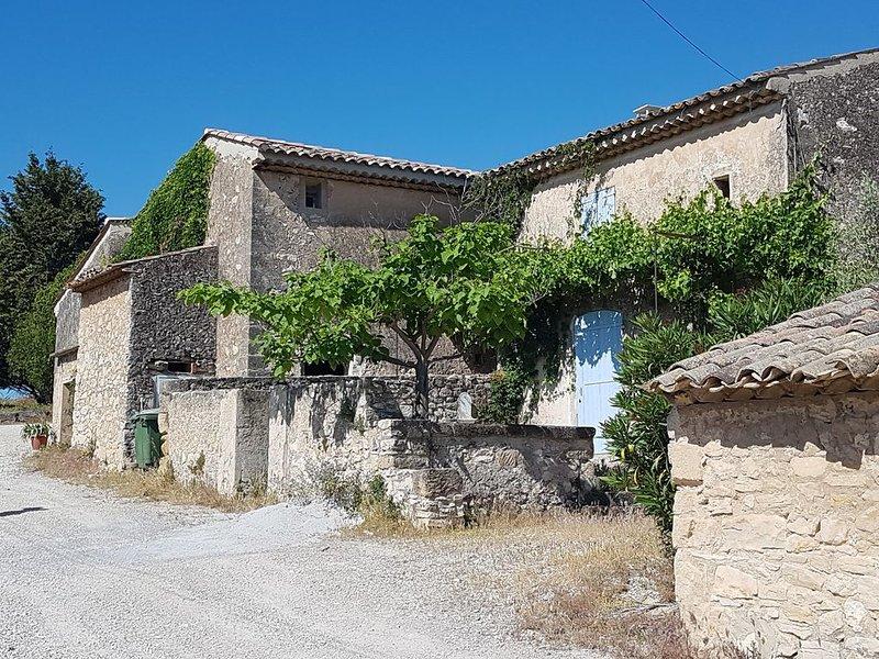 Mas provençal,  pour les familles jusqu'a 13p., holiday rental in Coudoux
