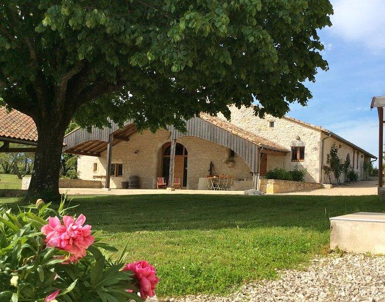Proche Monbazillac gîte de charme parc de 3ha pigeonnier piscine chauffée grange, holiday rental in Singleyrac