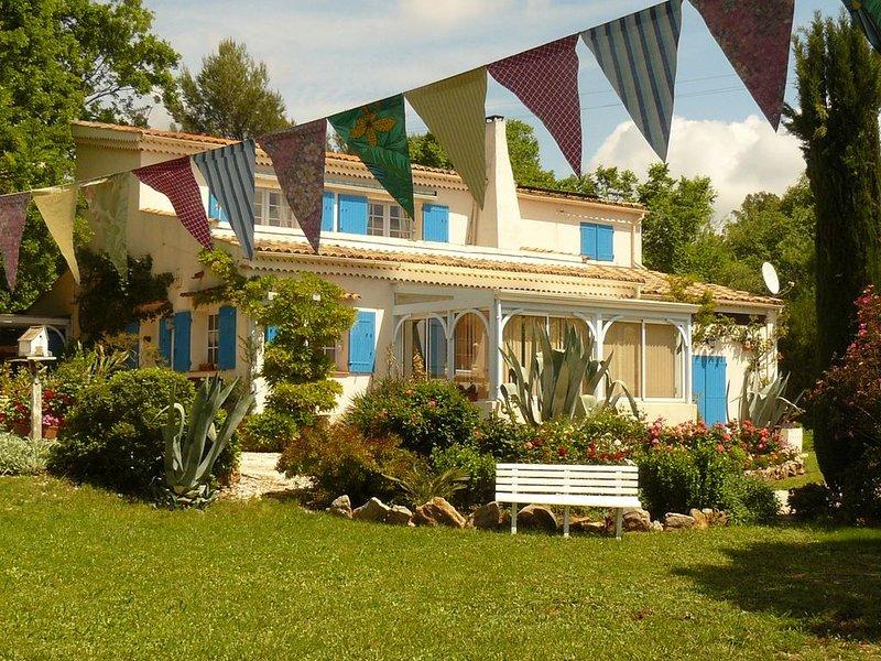 Maison pleine de charme au coeur de La Provence Verte , à 30 min. des plages., holiday rental in Neoules