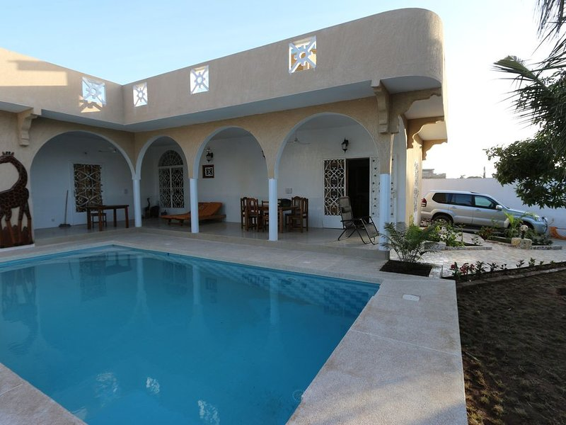 villa de charme avec piscine, aluguéis de temporada em Mbour