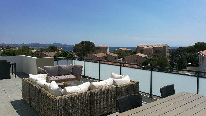 Appartement neuf climatisé, esprit maison sur le toit avec vue mer, location de vacances à Fréjus