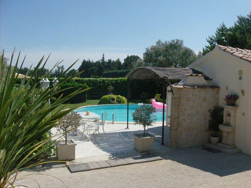 Gîte privee avec  sa piscine et son jardin, holiday rental in Courthezon