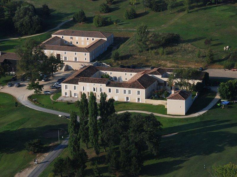 Appartement au coeur d'un golf avec piscine chauffée – semesterbostad i Feugarolles