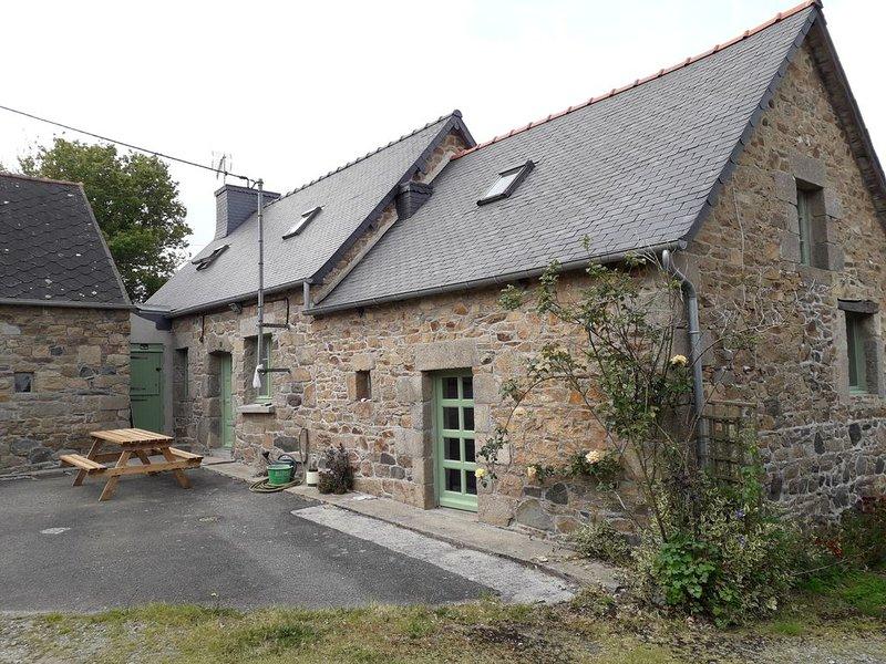 Maison pierre proche bourg-2 PIÈCES NON CHAUFFÉES, holiday rental in Bourbriac