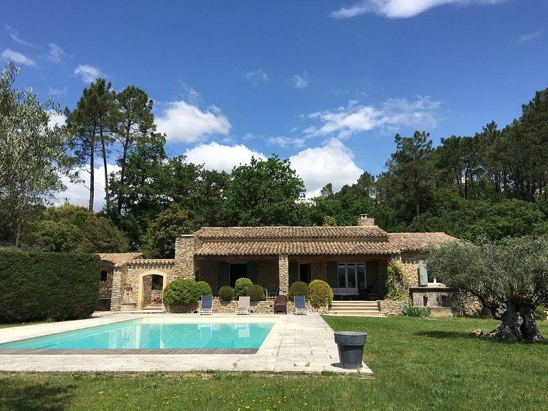 Villa de charme avec piscine et tennis, 160m2 sur grand terrain de 8000m2, holiday rental in Saint-Pantaleon