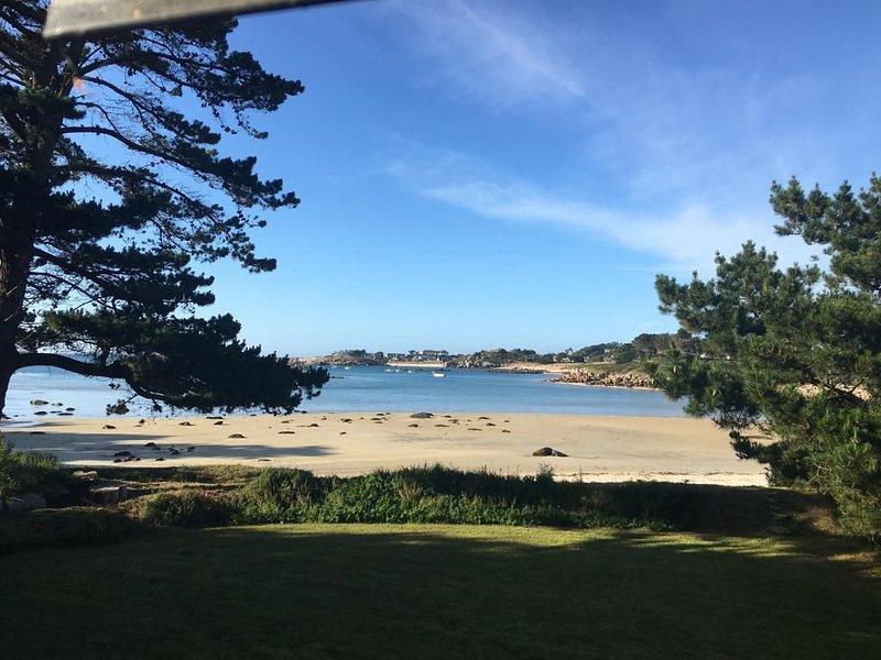 Situation exceptionnelle directement sur la plage, grand jardin et vue mer, casa vacanza a Tregastel