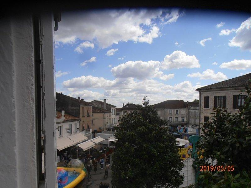 Appartement place de la Mairie – semesterbostad i Feugarolles