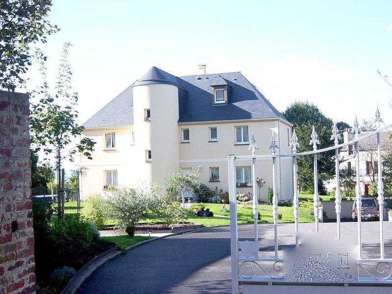 T2 de standing, calme, au vert vue panoramique/mer TROUVILLE DEAUVILLE Normandie, holiday rental in Villerville