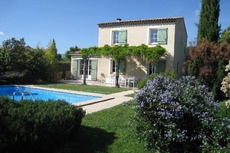 Maison provençale, calme, proche d'Aix en Provence avec piscine, vacation rental in Peynier