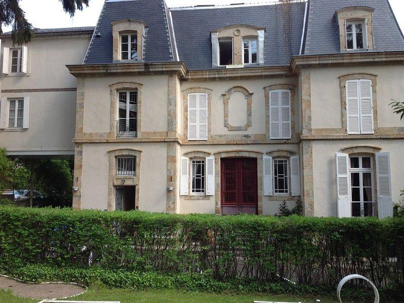Dans Maison de Maitre, appartement traversant 95M2, holiday rental in La Tour-d'Auvergne