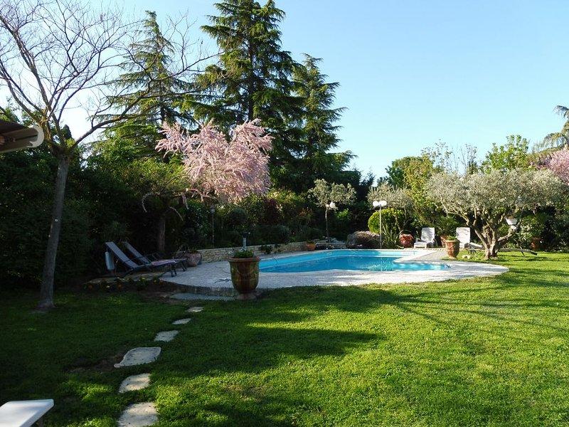 Très belle villa provençale au pied du Luberon classée 4 étoiles, casa vacanza a Peyrolles-en-Provence