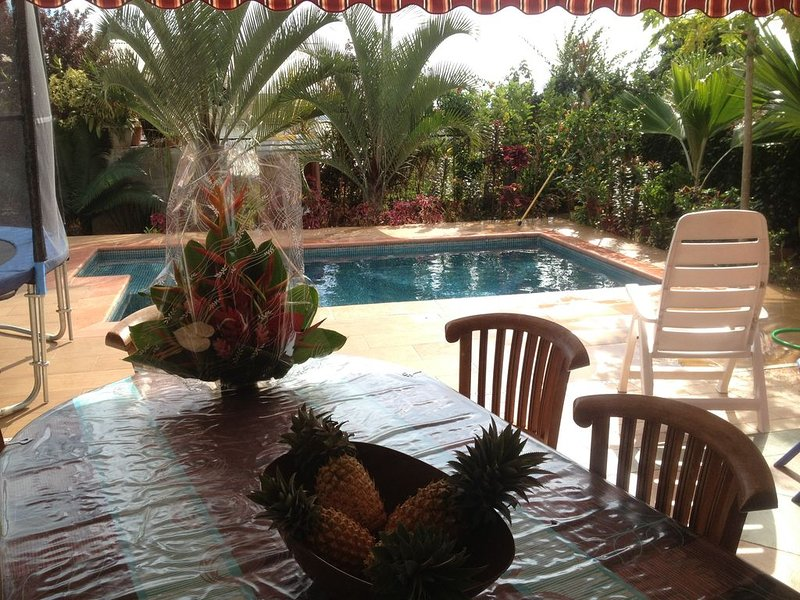 Chambre TAMA Chez l'habitant à PAEA -  petit dej wifi piscine parking free, vacation rental in Papara