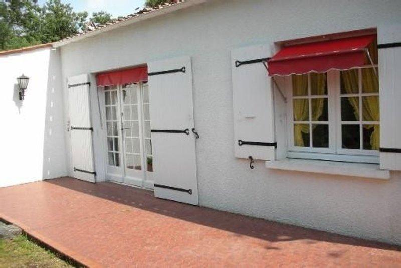 Jolie villa dans terrain arbore a deux pas de la mer sur l'ile d'oleron, holiday rental in Saint-Trojan-les-Bains