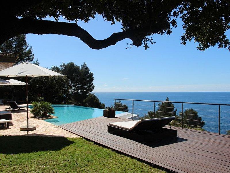 Propriété d'exception face aux Iles, pieds dans l'eau pour des vacances de rêve, holiday rental in Cavalaire-Sur-Mer