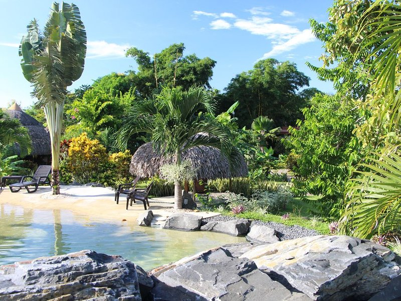 B&B CABANAS LOS COLIBRIS: Jardin tropical, mer et montagne à proximité !, vakantiewoning in El Valle de Anton