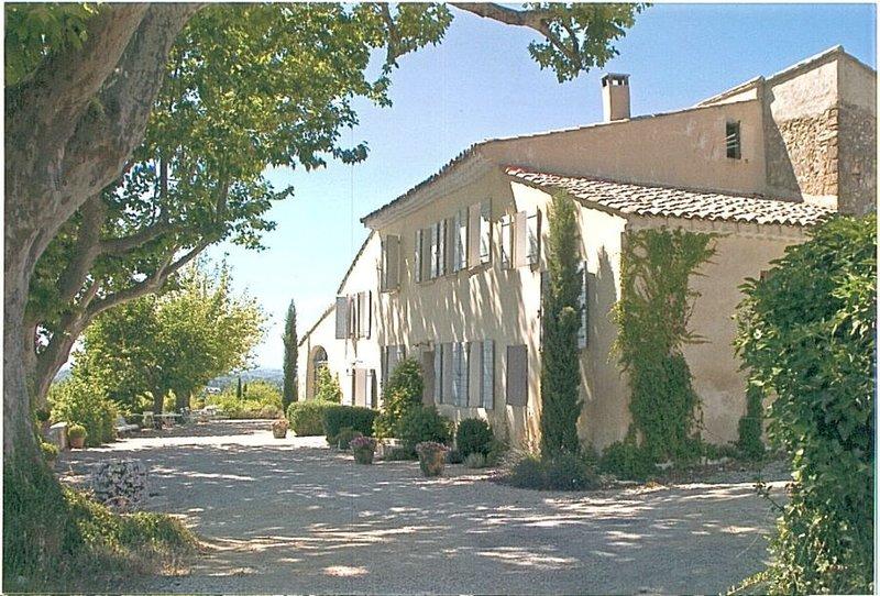 Mas Provencal, calme et très spaçieux avec piscine privé et grand jardin .,, holiday rental in Loriol-du-Comtat