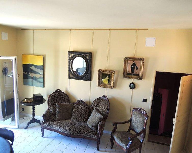 '' LA DAME AU BALCON '' sur la place du village, holiday rental in Roussillon