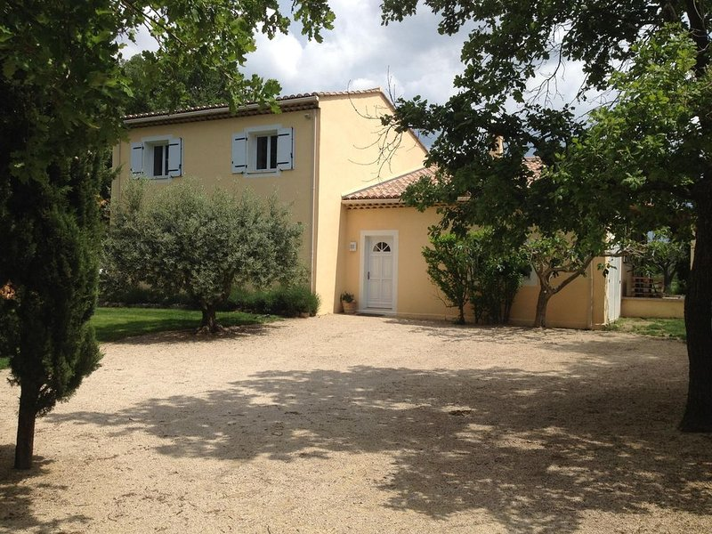 Grande maison 150m² au calme, pas de vis à vis, grand jardin, petite piscine, casa vacanza a Pernes-les-Fontaines