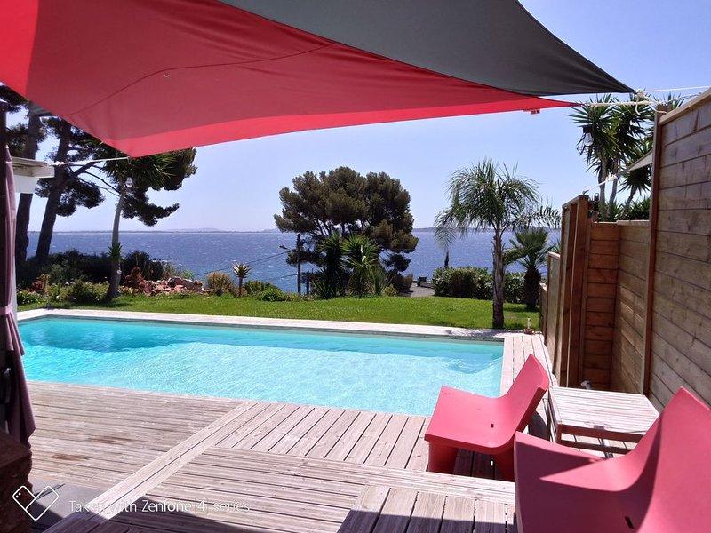 Propriété pour 12 pers avec piscine , vue mer exceptionnelle à 200 m de la plage, holiday rental in Carqueiranne
