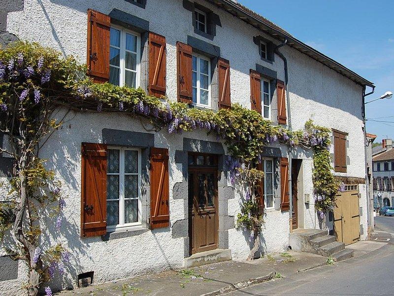 Maison de campagne dans un petit bourg calme de 600 habitants, location de vacances à Chapdes-Beaufort